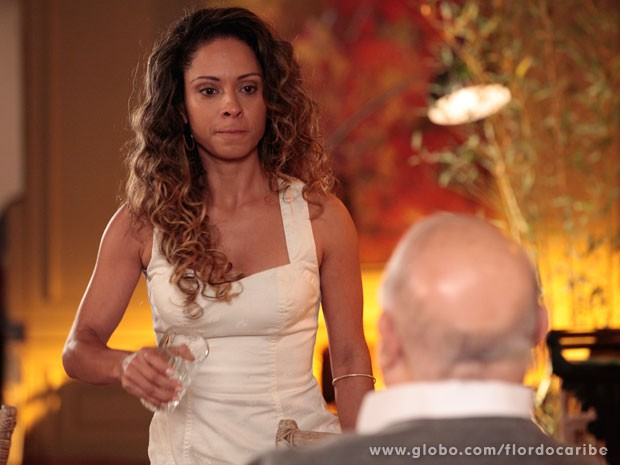 Nicole não atura o preconceito de Dionísio e joga suco na cara do velho (Foto: Flor do Caribe / TV Globo)