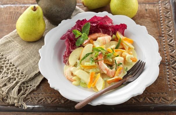 Salada do Oriente combina pera e camarão. Nham!