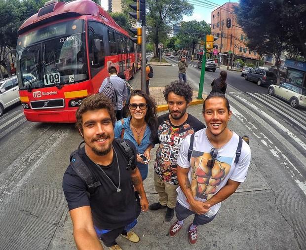 Caio Castro com os amigos na Cidade do México (Foto: Reprodução/Instagram)