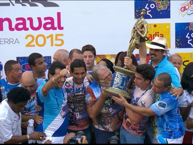 Integrantes da Beija-Flor beijam a taça (Foto: Reprodução / Globo)