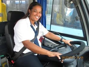 Susana dirige o BRT Transoeste (Foto: Divulgação / Rabaça Associados)