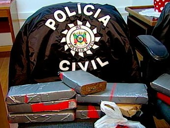 Droga apreendida com suspeitos presos em flagrante (Foto: Reprodução/RBS TV)