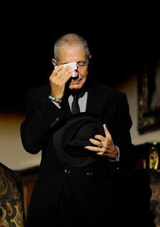 Cohen chora durante homenagem em Gijon, na Espanha (Foto: REUTERS/Eloy Alonso)