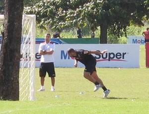 Adriano treina com bola no campo 2 do Ninho (Foto: Richard de Souza / globoesporte.com)