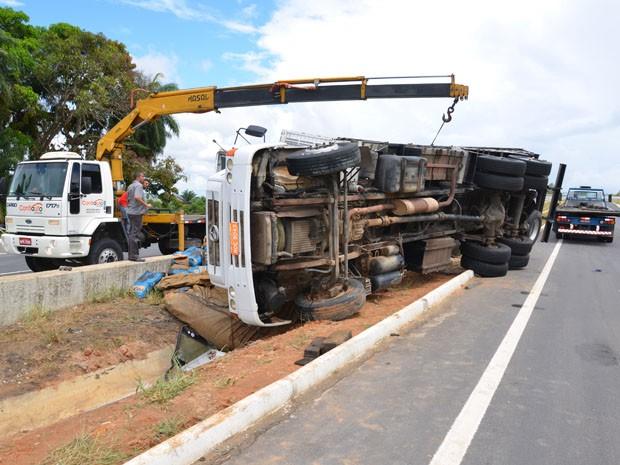 Caminhão só foi removido com a chegada de um guintaste, por volta das 11h (Foto: Walter Paparazzo/G1)