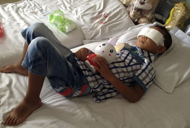 Criança foi atacada por mulher e teve globos oculares arrancados (Foto: AP)