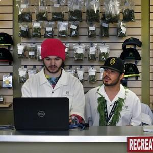 Funcionários de uma loja habilitada a vender maconha para uso recreativo em Denver, no Estado do Colorado, EUA (Foto: Brennan Linsley/AP)