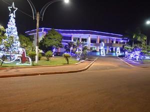 Em frente à Prefeitura de Santarém, árvore com luzes e a Sagrada Família enfeitam o local (Foto: João Machado/G1)