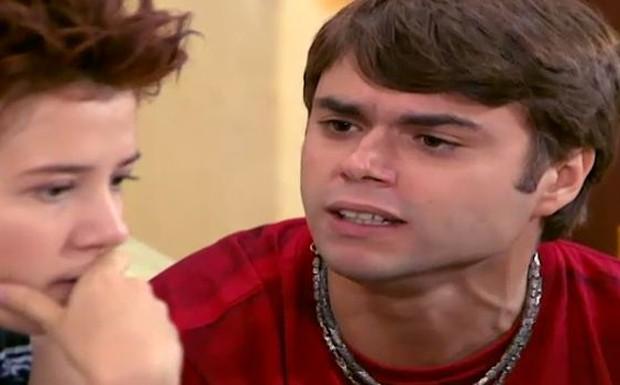 João explica para Natasha que Armando o viu perto do gerador, mas garante que não foi ele quem causou a explosão
