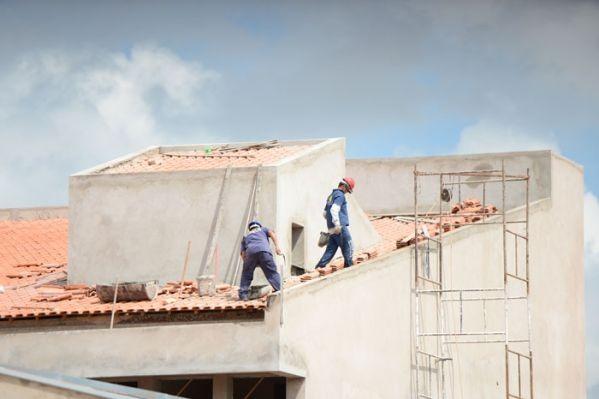 Trabalhadores andando em telhado sem proteção adequada (Foto: Divulgação/ MPT 15ª Região)
