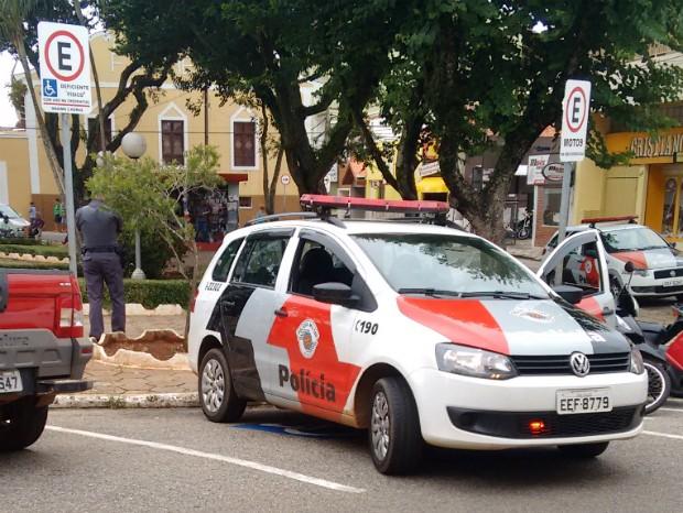 Internauta flagra carro da PM estacionado em vaga de deficiente em Itapetininga (Foto: TEM Você)