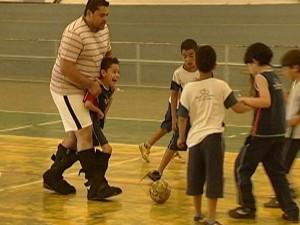 Garoto jogando bola com a bota especial (Foto: Reprodução/TV Integração)