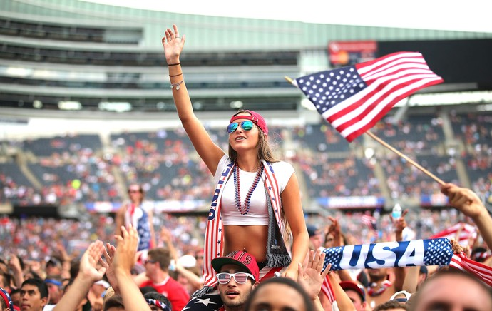 torcida dos Estados Unidos acompanhando o jogo em Chicago (Foto: AFP)