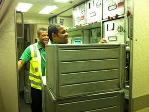 Funcionários retiram a comida que sobra, que tem que ser incinerada  (Foto: Flávia Mantovani/G1)