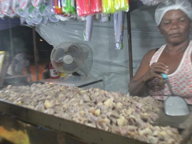 Cozinheira diz que carne de sol é o prato mais pedido (Foto: Ellyo Teixeira/G1)