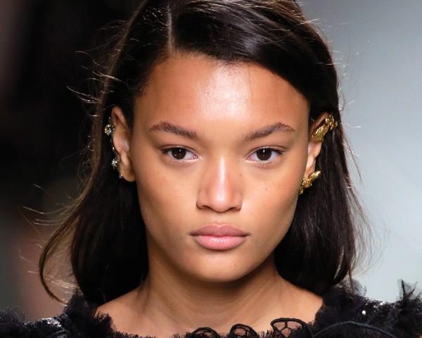 Para fazer a pele natural das modelos foi usado hidratante luminoso, creme para olhos, hidratante com cor e corretivo (Foto: Getty Images)