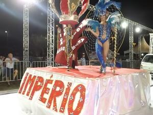 Escolas de samba de Sorocaba agitam sambódromo na primeira noite - Carnaval - Império do Parque das Águas (Foto: Eduardo Ribeiro Jr./G1)
