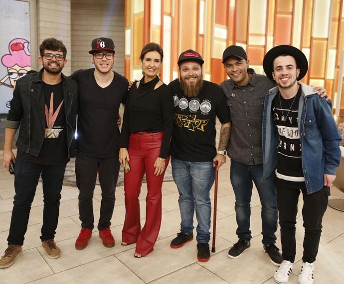 Depois do 'Encontro', Fátima tira foto com convidados (Foto: Ellen Soares/Gshow)