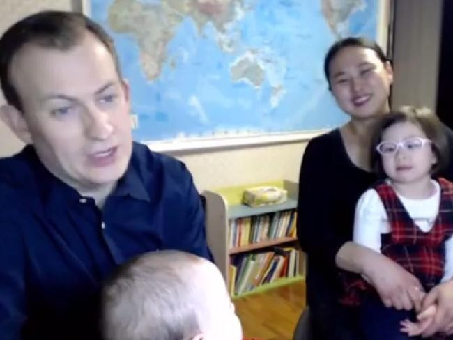 Robert Kelly e sua família, que viralizou após episódio cômico  (Foto: Reprodução / New York Times)