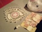 Polícia apreende pinos com cocaína e jovem é detido