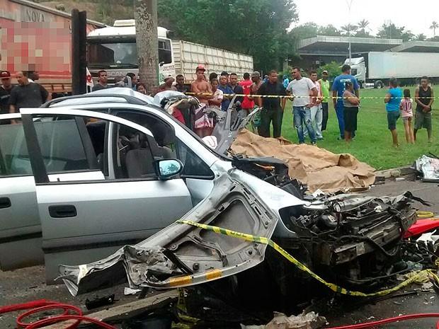 Acidente na BR-324, em Candeias, Bahia (Foto: Rafael Teles / G1)