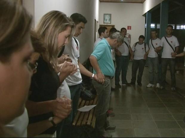 Alunos de escola onde professor morto dava aulas, em Itamonte, fazem orações (Foto: Reprodução EPTV)