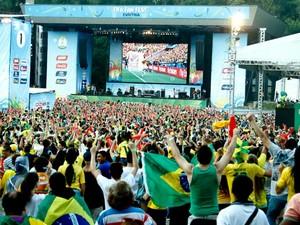 Gol do Brasil é muito comemorado na Fifa Fan Fest de Curitiba (Foto: Euricles Macedo)