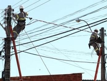 Servidores da CEB durante manutenção (Foto: André Sousa/Agência Brasília)