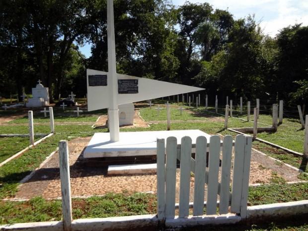 Monumento em homenagem aos três heróis da Retirada da Laguna no Cemitério dos Heróis, em Jardim.  (Foto: 4ª BDA C Mec/Divulgação)