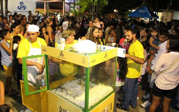 Houve distribuição de pipoca gratuita (Foto: Katiúscia Monteiro/ Rede Amazônica)