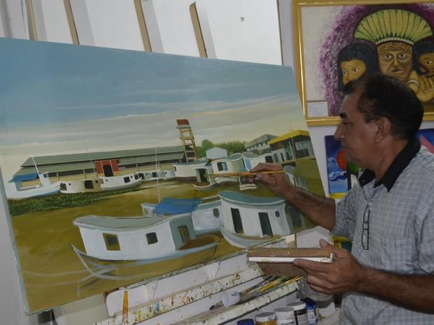Artista plástico amapaense,Wagner Ribeiro, criando obra dentro do espaço (Foto: Graziela Miranda/ G1)
