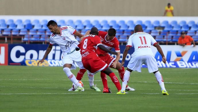 CRB x Mogi Mirim - Jogadores de CRB e Mogi brigam pela bola (Foto: Ailton Cruz/Gazeta de Alagoas)