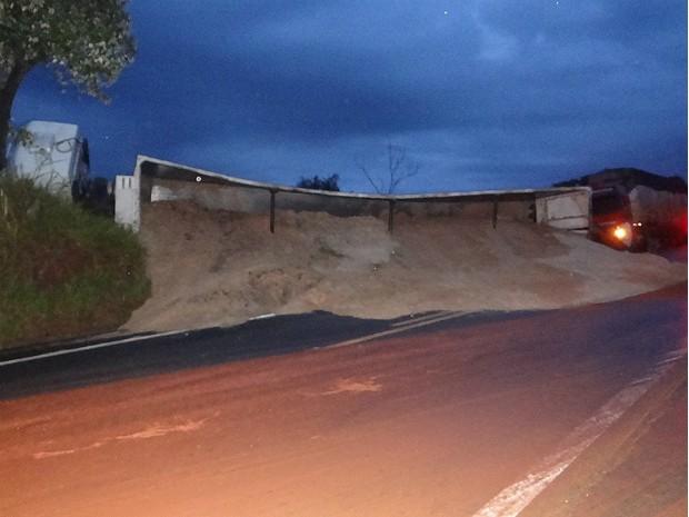 Serragem se espalhou pela pista depois do acidente (Foto: Adauto Nogueira/ ItapoNews)