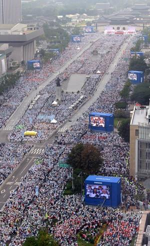 Fiéis lotam ruas durante missa de beatificação celebrada nestte sábado (16) em Seul, Coreia do Sul, pelo Papa Francisco (Foto: AP Photo/Korea Pool via Yonhap)