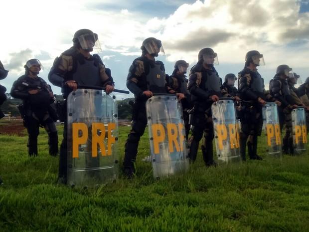 Tropa de choque da PRF começou a agir em bloqueios no Oeste catarinense (Foto: PRF/Divulgaçao)