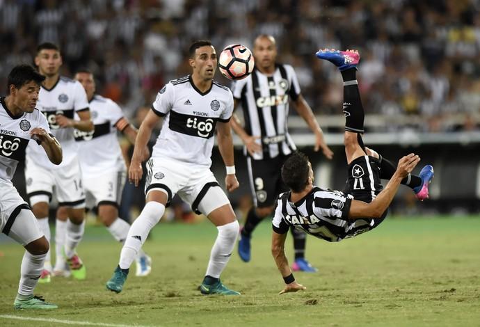 Gol Pimpão bicicleta Botafogo Olimpia (Foto: André Durão / GloboEsporte.com)