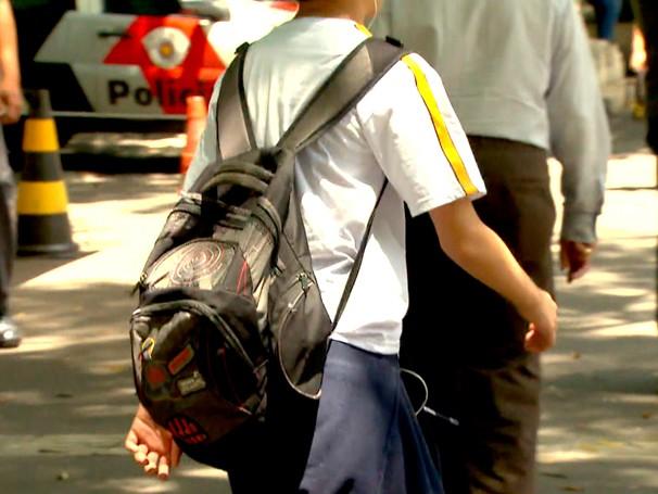 Peso na mochila causa dores na coluna (Foto: Globo)