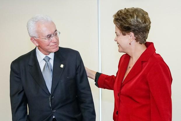 A presidente Dilma Rousseff ao lado do novo ministro da Secretaria de Assuntos Estratégicos, Mangabeira Unger (Foto: Roberto Stuckert Filho/PR)