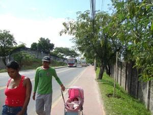 Pais usam ciclovia para caminhar com carrinho de bebê. (Foto: Mariucha Machado/G1)