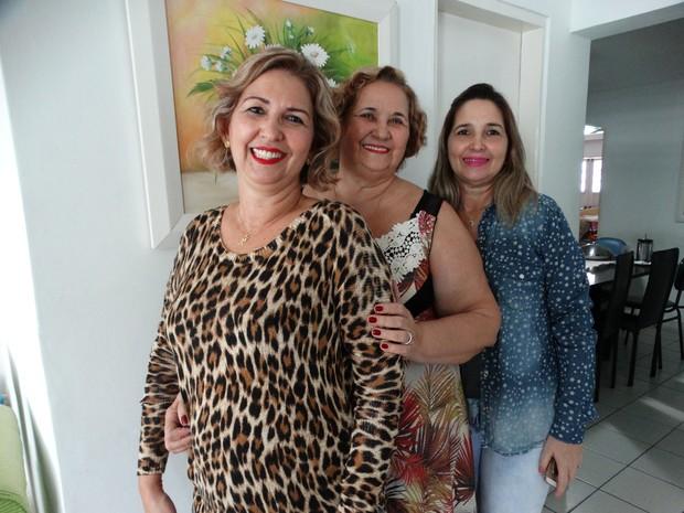 Tereza, viúva de Agripino Pereira, ao lado das filhas Agristelma (esq.) e Agristela (dir.) (Foto: Joalline Nascimento/G1)