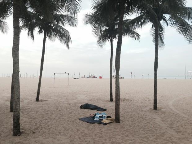 Fã de Messi, destaque da partida de ontem, também dormiu na areia (Foto: Daniel Silveira/G1)