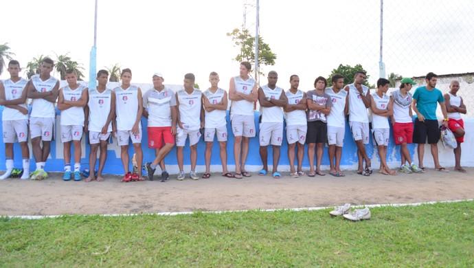 Jogadores do Santa Cruz de Santa Rita fazem greve no Estádio Teixeirão (Foto: Rammom Monte / GloboEsporte.com/pb)
