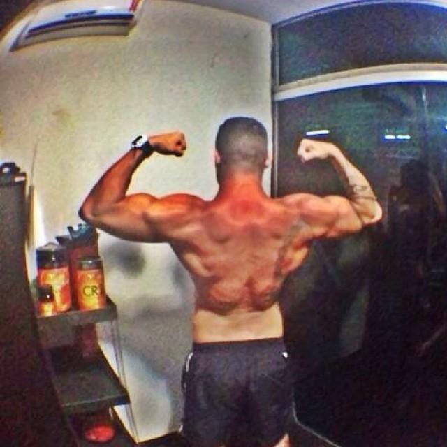 Yuri Fernandes mostra costas supermusculosas após treino