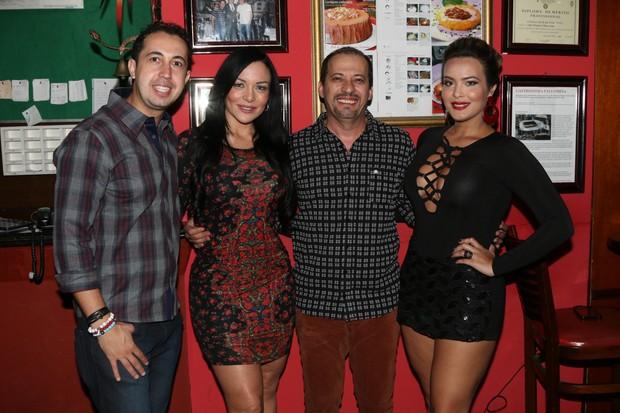 Geisy Arruda com Rhenata Schmidt, Thiago Rocha e Kleber Tayrone (Foto: Thais Aline/Divulgação)