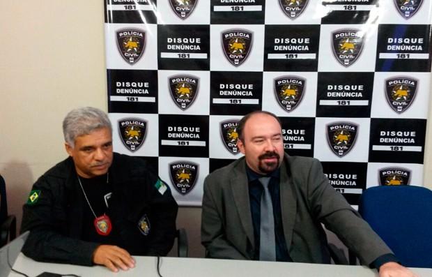 Delegado geral Adson Kepler (direita) e Atanásio Gomes, titular da Doprov, detalham operação durante coletiva na Degepol (Foto: Marksuel Figueiredo/Inter TV Cabugi)