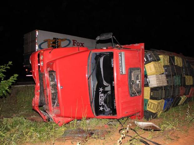 Caminhão desviou de outro acidente e colidiu com carro (Foto: Marcelino Neto)