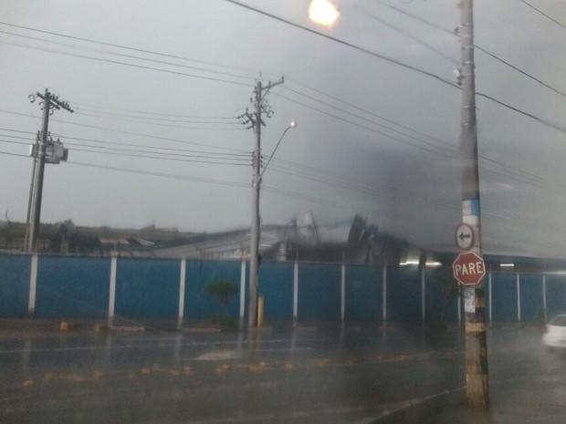 Teto de empresa ficou destruído (Foto: Arquivo pessoal)