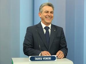 Nos bastidores do estúdio: candidato Tadeu Veneri se prepara para o debate (Foto: Giuliano Gomes/PR Press)