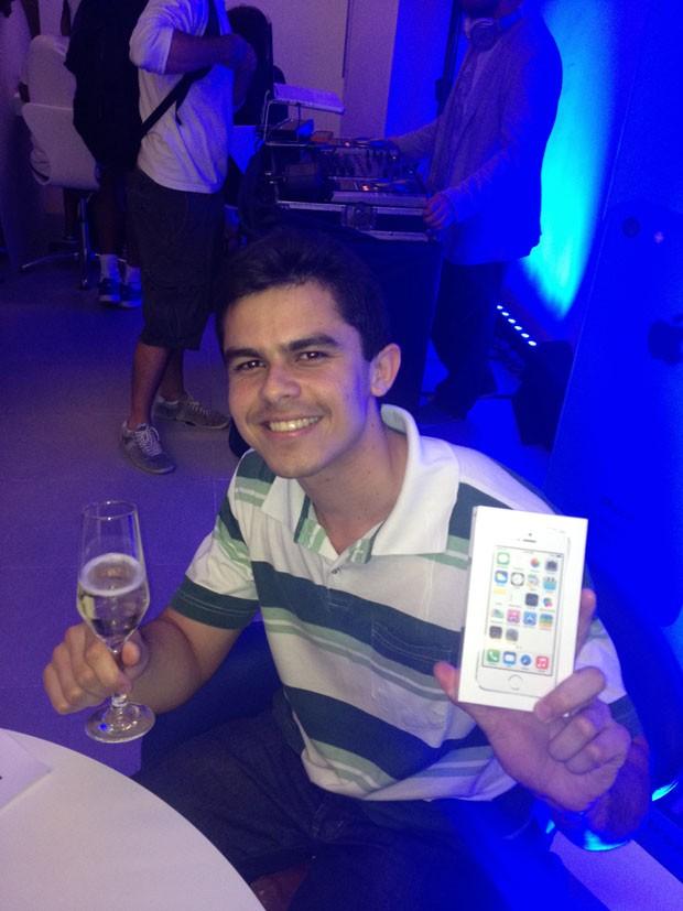 Lucas do Amaral, de 23 anos, foi o primeiro a comprar um iPhone 5s no Shopping Eldorado, na Zona Oeste, de São Paulo. (Foto: Helton Simões Gomes/G1)