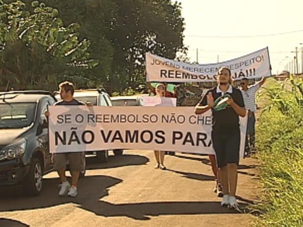 Estudantes querem reebolso e transporte universitário gratuito (Foto: Reprodução/TV TEM)
